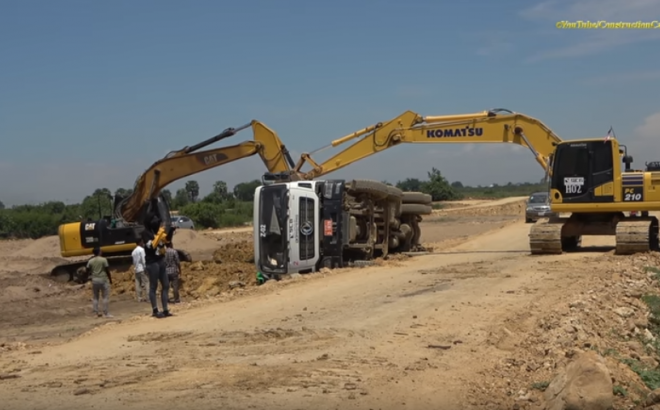 Dongfeng Dump Truck Overturned And Recovery by Cat Excavator, Komatsu Excavator